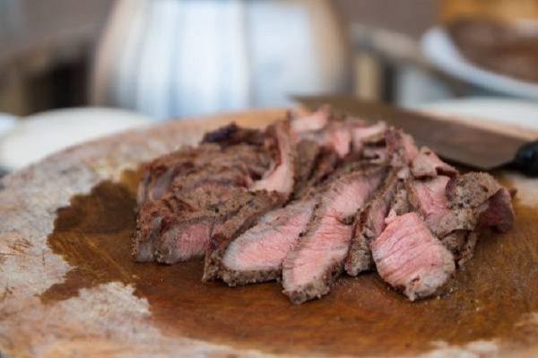 Thái thịt thành miếng vừa ăn rồi cho các nguyên liệu vào trộn đều