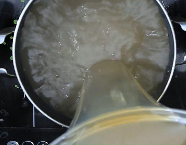 Lược lại phần nước dùng rồi cho vào nồi khác đun sôi