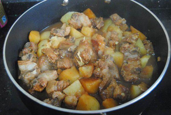 Kho sườn cùng khoai tây