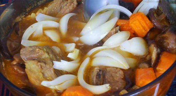 Nêm nếm lại gia vị rồi cho các nguyên liệu vào nấu sôi
