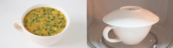 Trộn đều hỗn hợp cho ly trứng vào lò vi sóng hấp chín