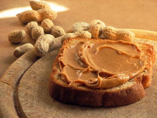 Phết bơ đậu phộng lên bánh mì