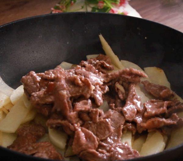 Thấy củ đậu vừa chín tới thì cho thịt bò vào trộn đều
