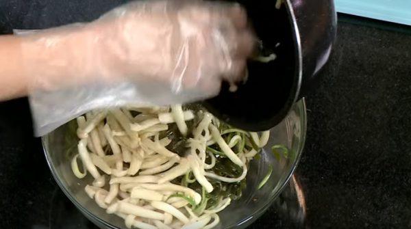 Cho thêm nấm và mè vào trộn đều