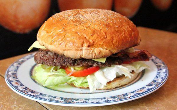 Trang trí và thưởng thức hamburger