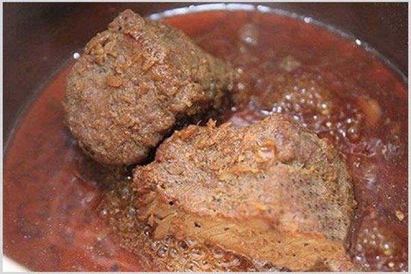 Tiến hành nấu thịt bung
