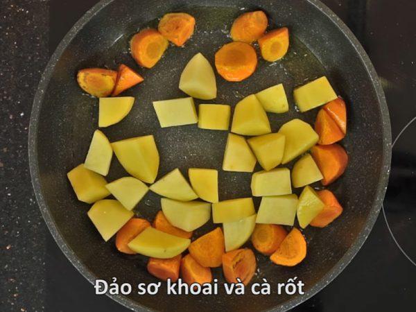 Sơ chế khoai tây và cà rốt