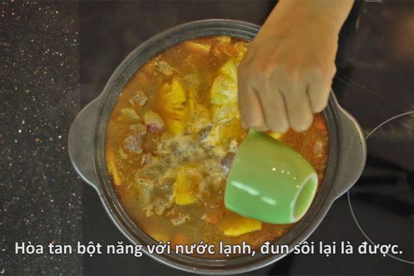 Bột năng pha với nước lạnh rồi đổ vào đun sôi