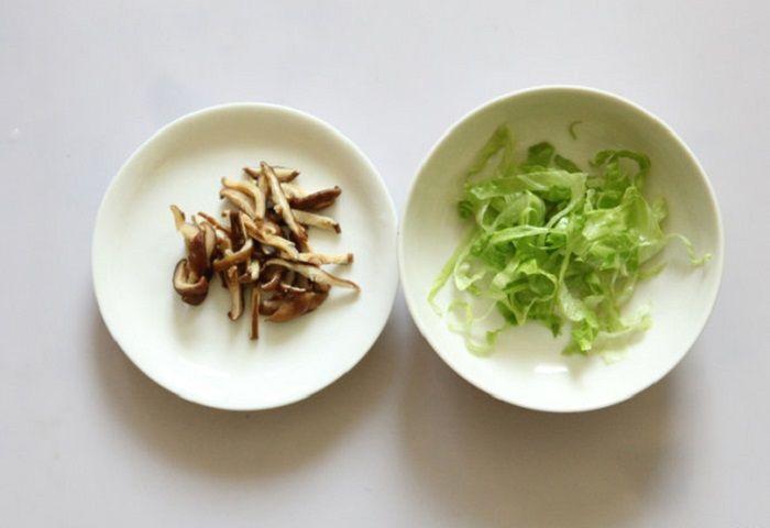 Chuẩn bị phần nấm hương và rau xà lách