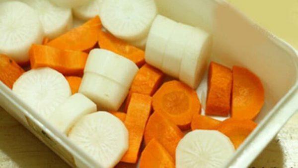 Cà rốt và củ cải trắnggọt vỏ cắt thành miếng vừa ăn