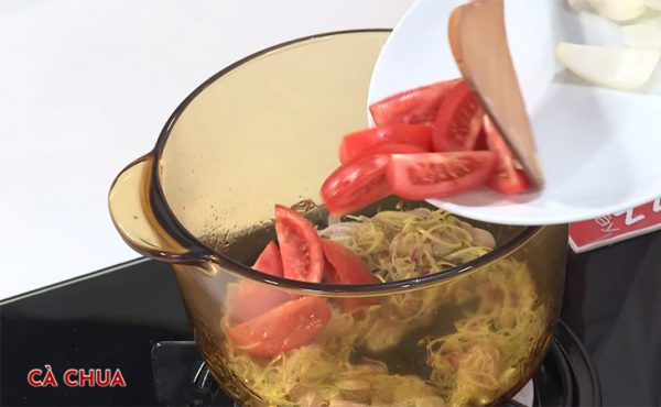 Đun nóng dầu cho hành tây, sả và cà chua vào xào
