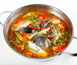 Món lẩu đầu cá hồi măng chua ăn là ghiền