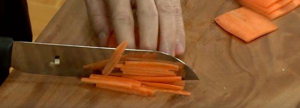 Cà rốt cắt thành từng sợivừa ăn