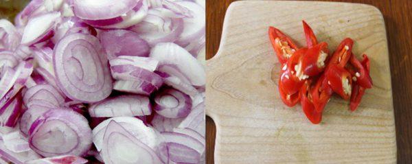 Hành tím và ớt cắt lát mỏng