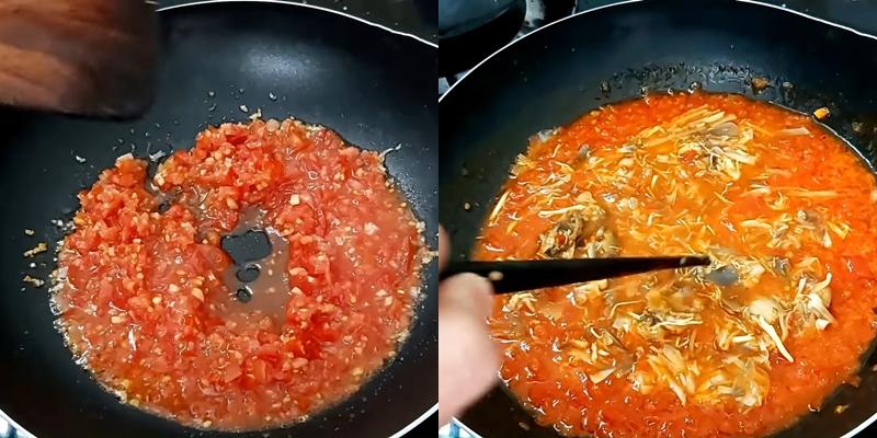 Làm phần sốt cà chua rồi cho bắp chuối non vào nấu chung
