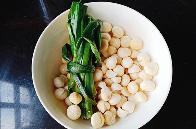 Cho hạt macca đã tách vỏ và lá dứa vào nồi nấu