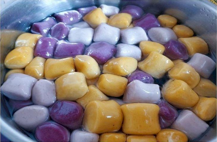 Các viên khoai luộc chín vớt ra tô nước lạnh