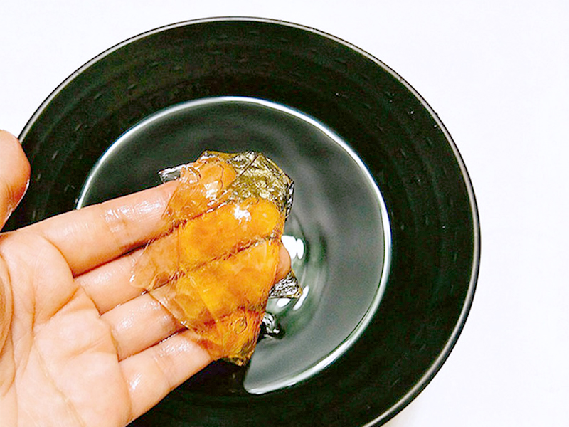 Lá gelatinngâm với nước