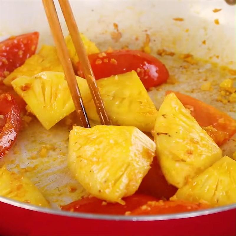 Phi thơm hành tỏi cho thơm và cà chua vào xào