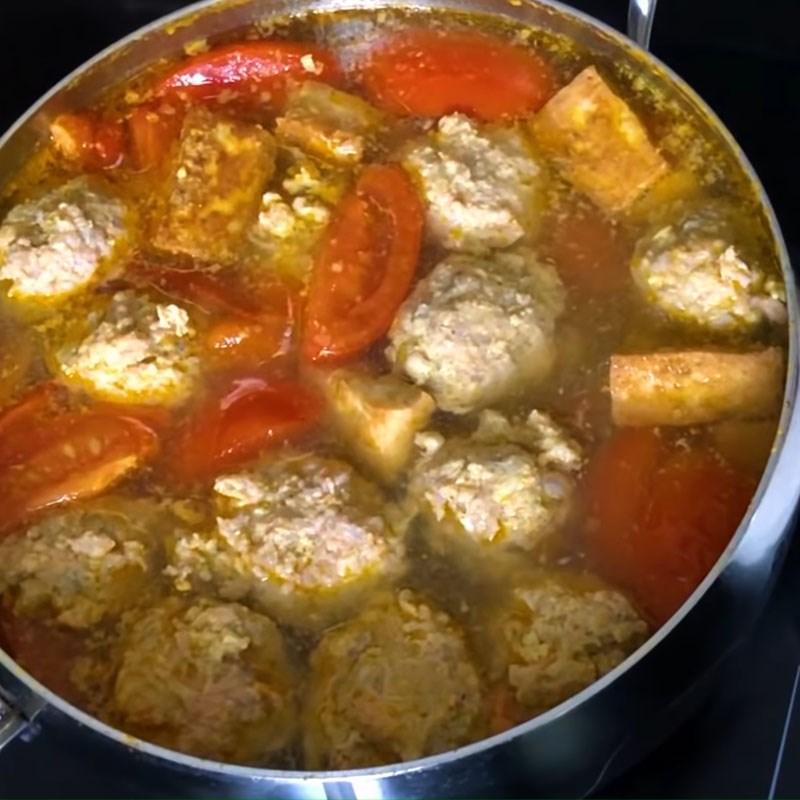 Cho các nguyên liệu vào nồi nước dùng nấu bún riêu tôm