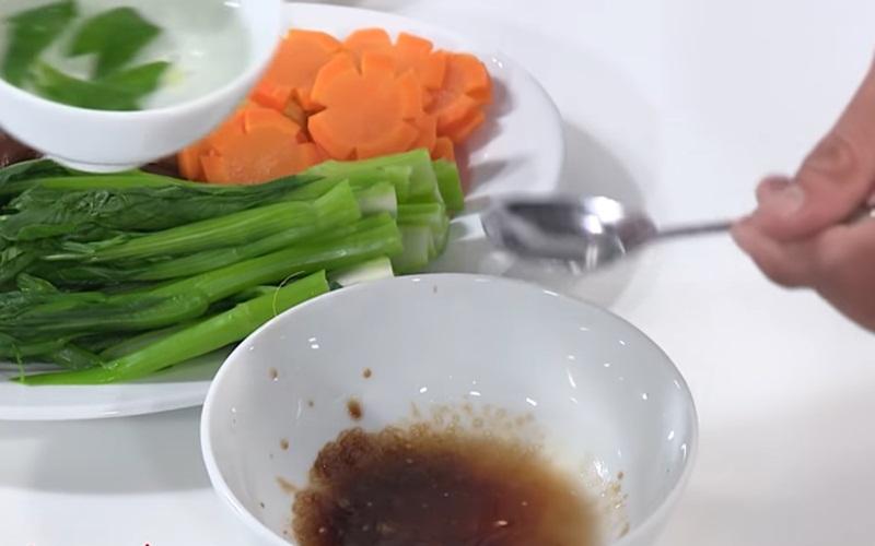 Làm phần sốt xào cùng rau củ