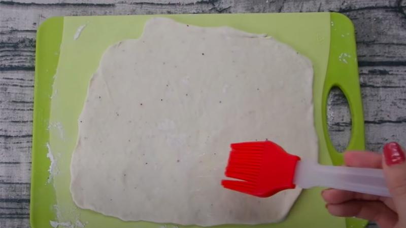 Cán bột thành miếng mỏng rồi quét thêm lớp dầu