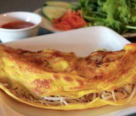 Món bánh xèo hải sản vàng ươm giòn rụm