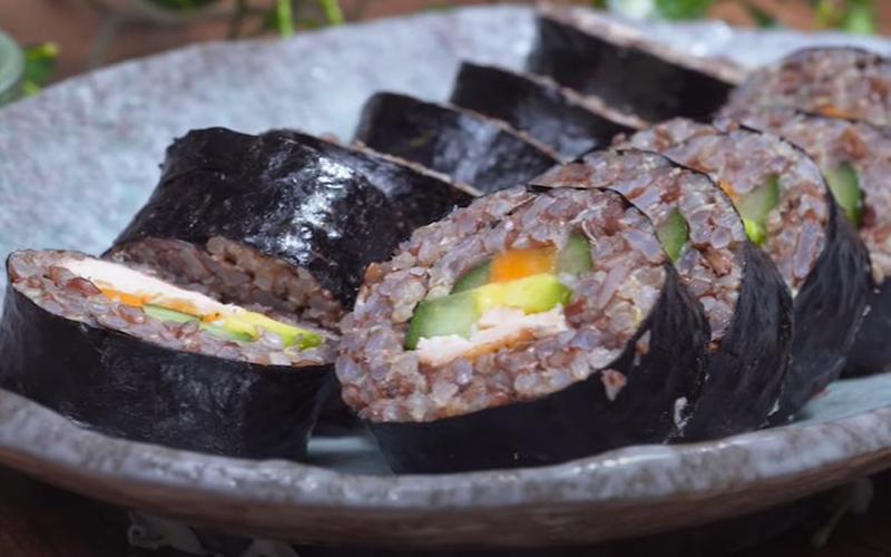 Món kimbap gạo lứt ăn nhiều không sợ tăng cân