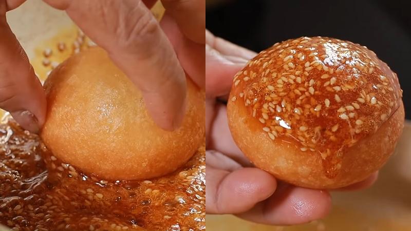 Nhúng bánh vào nước đường rồi cùng thưởng thức