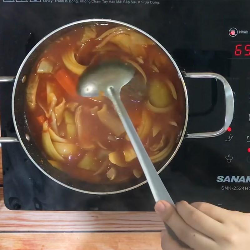Cho các nguyên liệu còn lại vào nồi nấu chín