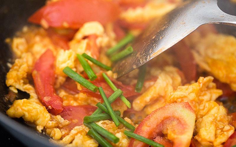 Chiên trứng với sốt cà chua