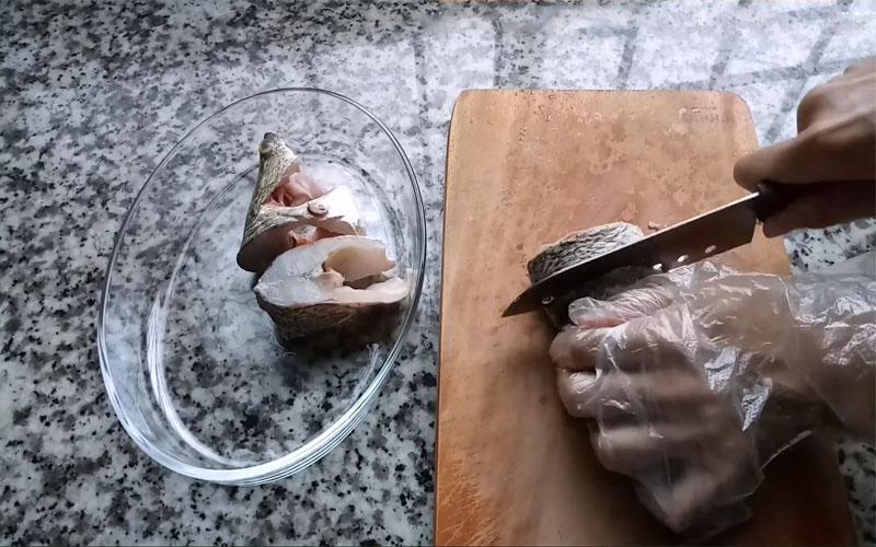 Cá rửa sạch cắt khúc vừa ăn