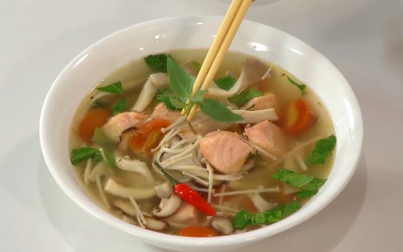 Món canh cá hồi nấu nấm thanh mát ăn không ngán