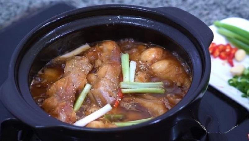 Món cá bông lau kho tộ thịt chắc nước kho đậm đà