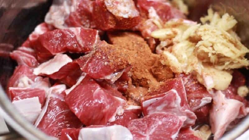 Ướp thịt bò cùng gia vị