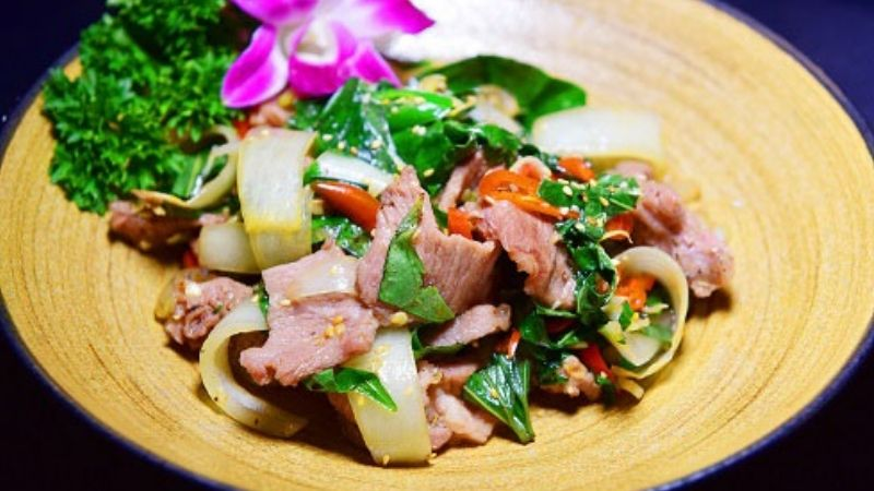 Món thịt lợn xào lá lốt đơn giản dễ làm tại nhà